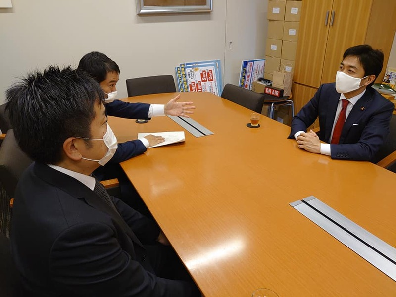 玉木代表、平野幹事長に地元の声を届ける。