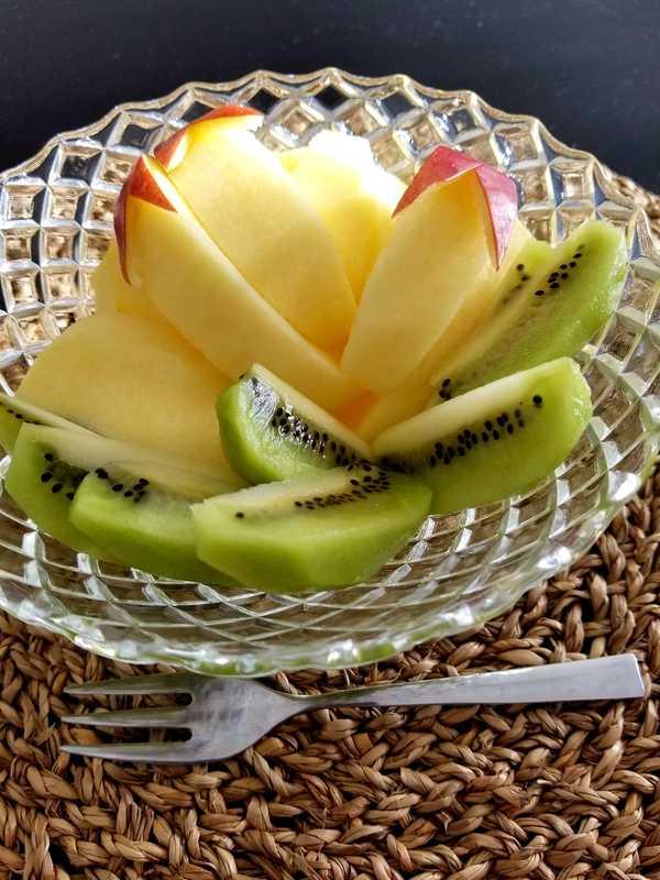 口内炎予防にはフルーツを食べる梶岡博樹。